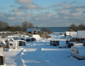 Pladsen dækket i sne